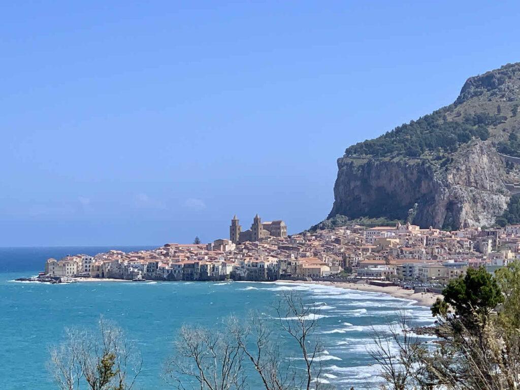 Sizilien: Blick auf Cefalú mit Strand