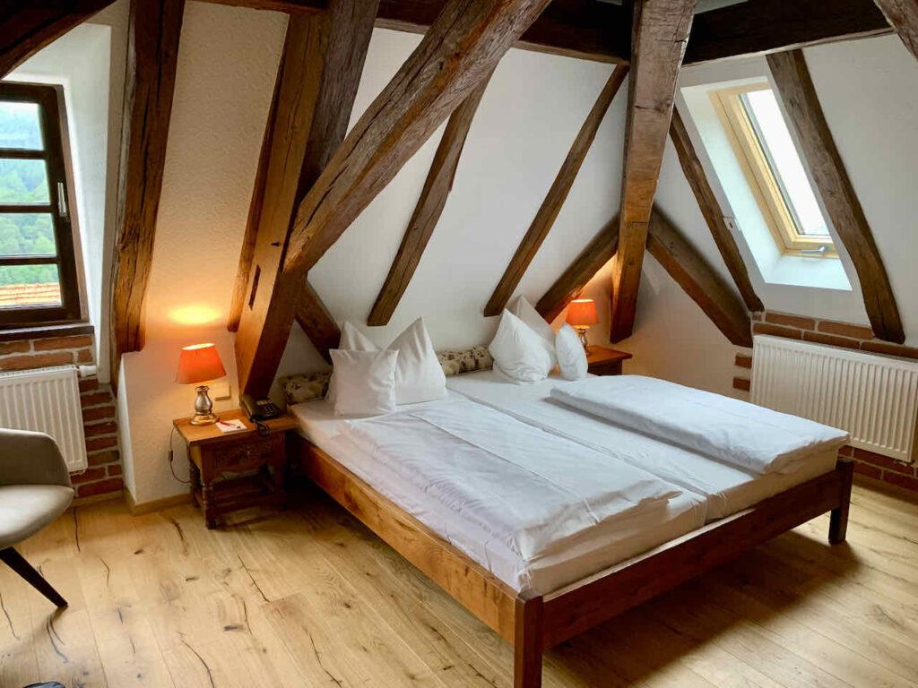 Churfranken: Gemütliches Zimmer im Landhotel Schafhof bei Amorbach