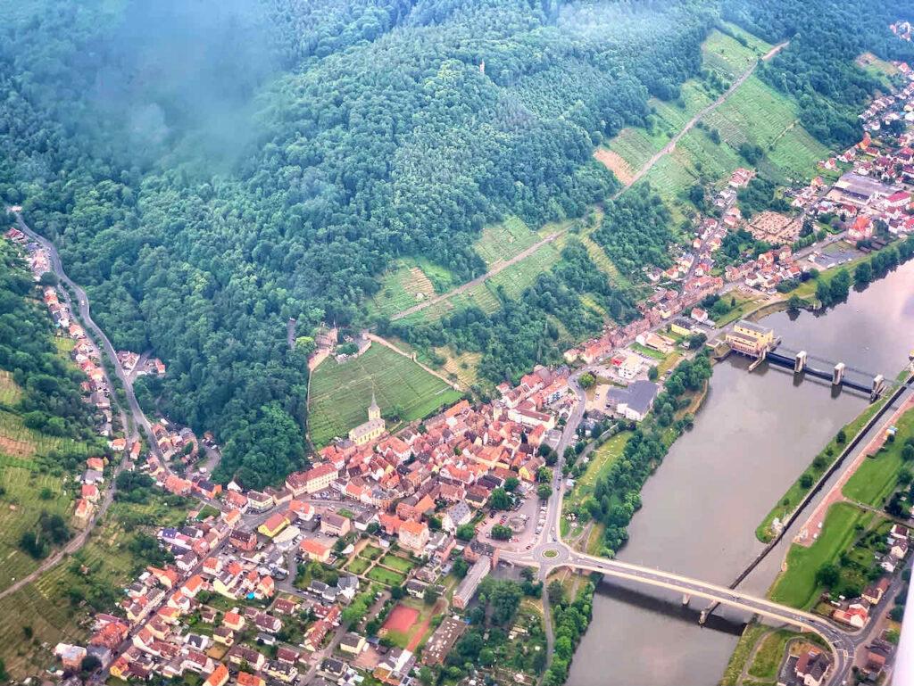 Flug über Churfranken und das Maintal: Klingenberg mit Clingenburg