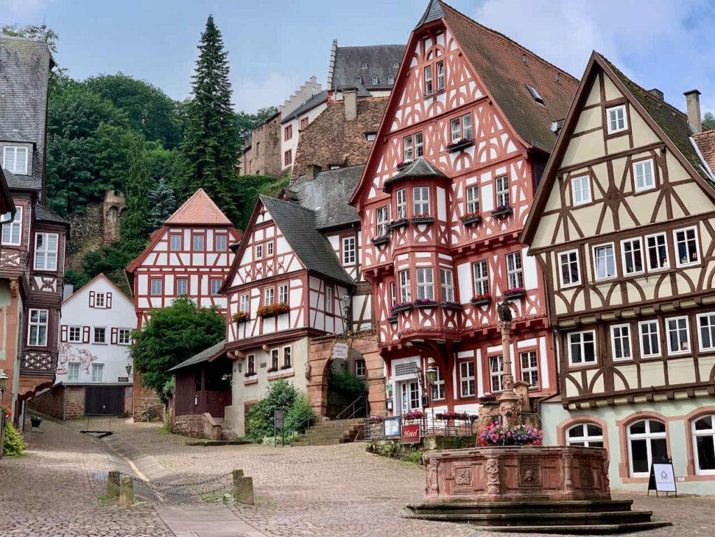 Marktplatz mit Schnatterloch in Miltenberg