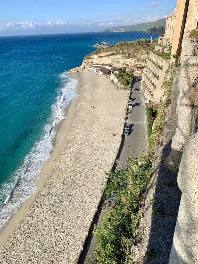 Blick von der Altstadt in Tropea auf einen der Stadtstrände