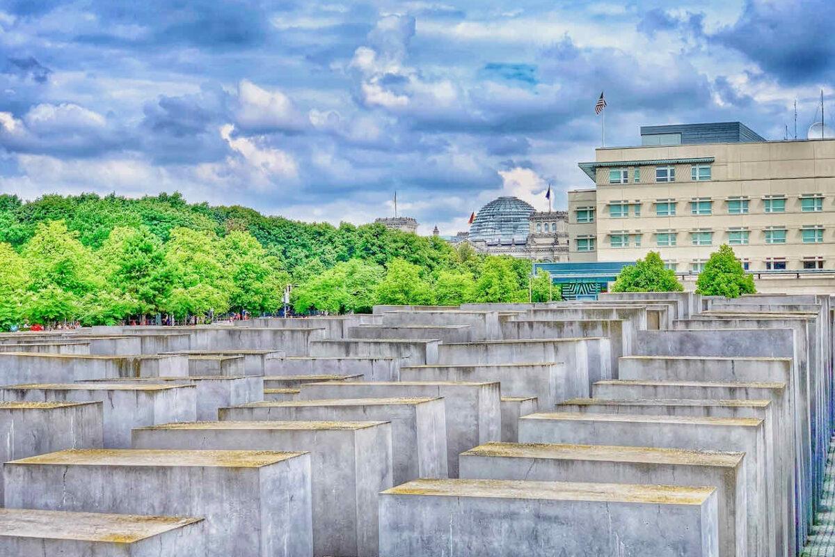 Holocaust Mahnmal Berlin mit dem Reichstag im Hintergrund
