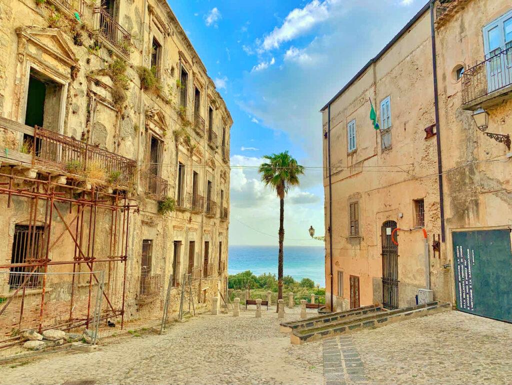 Marode Häuser mit Ausblick aufs Meer in Tropea, Italien