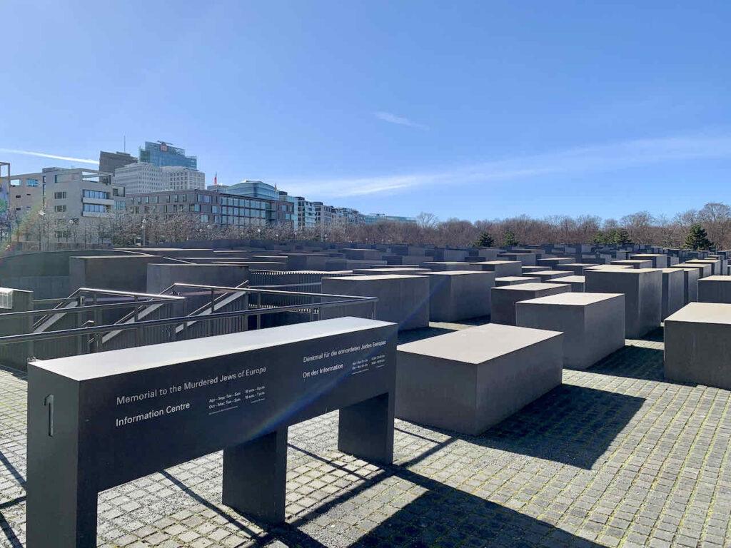 Eingang zum Ort der Information beim Holocaust Mahnmal Berlin