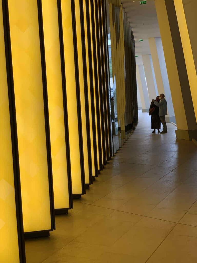 Museum Louis Vuitton, Paris, Olafur Eliasson: Inside the Horizon (2014), eine Installation von 43 beleuchteten gelben Gläsern und verspiegelten Säulen