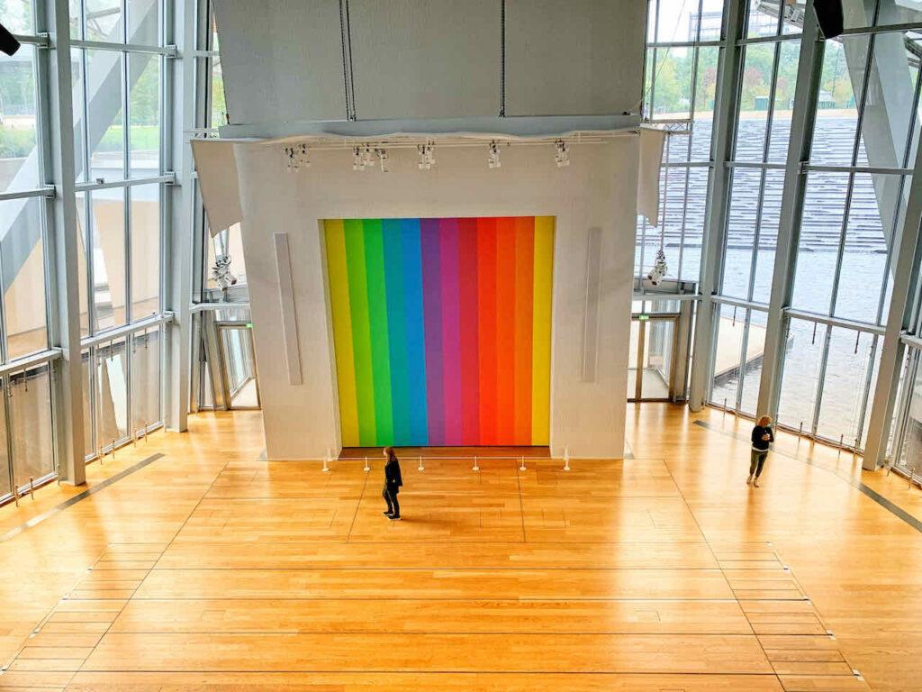 Spectrum VIII von Ellsworth Kelly im Auditorium der Fondation Louis Vuitton, Paris, Frankreich